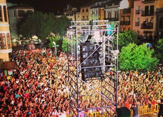 El grupo Auryn llena la Plaza Mayor de Plasencia en la antesala de la fiesta regional del Martes Mayor