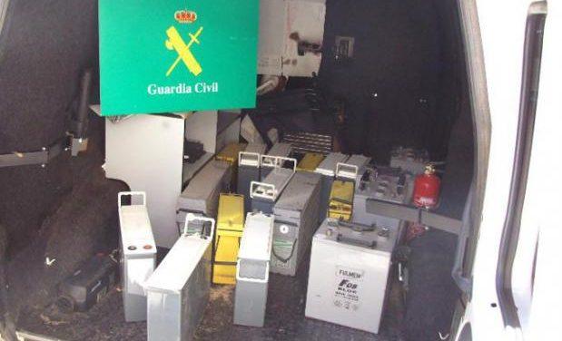 La Guardia Civil detiene a tres hombres acusados de robar baterías en estaciones repetidoras de telefonía