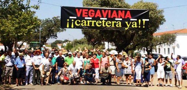 Cerca de doscientas personas se manifiestan en Vegaviana para protestar por el mal estado de la carretera
