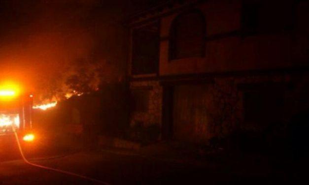 Las llamas afectan a cuadras y tejados de algunas casas del casco urbano de Santibáñez El Alto