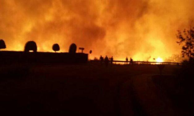 Más de 200 personas trabajan en el incendio de Santibáñez el Alto que ya ha afectado a 150 hectáreas