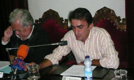 El concejal Modesto Martiño presenta en el registro la solicitud de abandono del grupo socialista de Coria