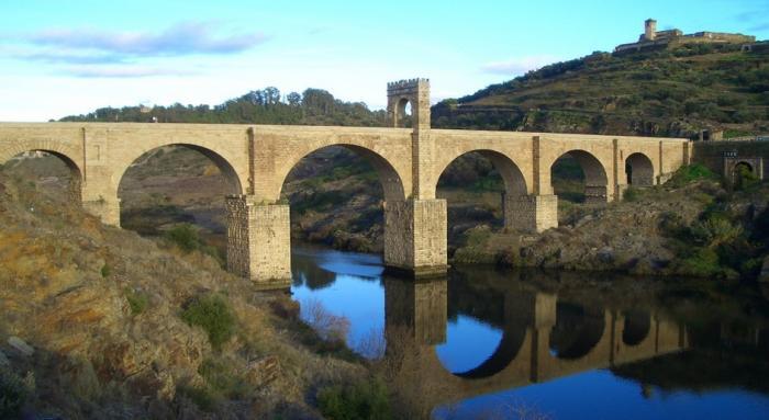 El alcalde de Alcántara aplaude que IU impulse la declaración del puente como Patimonio Humanidad