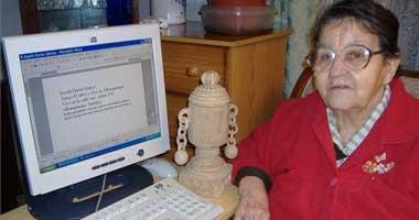 El presidente, José Luis Rodríguez Zapatero, regala un ordenador a una pensionista de Alburquerque