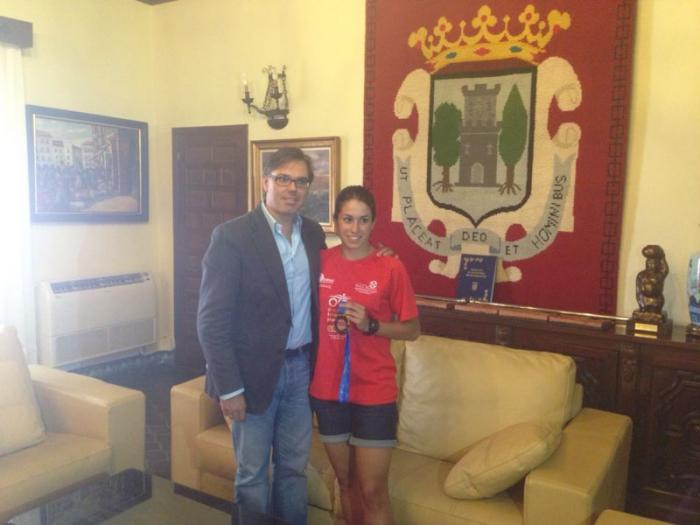 Pizarro recibe a la triatleta Raquel Mateos tras su victoria en el campeonato nacional de triatlón-cross