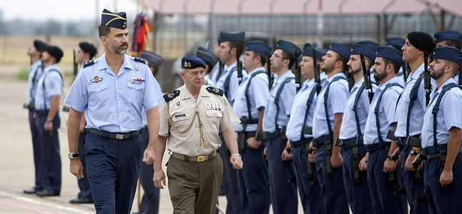 El Príncipe de Asturias pasa revista a las tropas de la base aérea de la Talavera la Real en una visita oficial