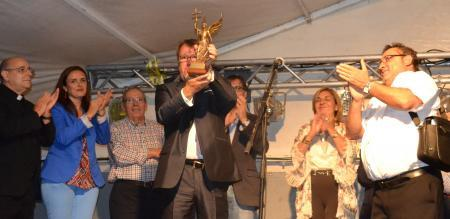 El consejero de Fomento, Víctor del Moral, recibe el premio del barrio placentino de San Miguel