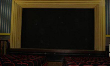 El Cine-teatro de Arroyo de la Luz abrió ayer sus puertas al público tras la inauguración de sus instalaciones