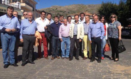 Laureano León entrega los diplomas a los alumnos del proyecto Isla 2013 de la comarca de Sierra de Gata