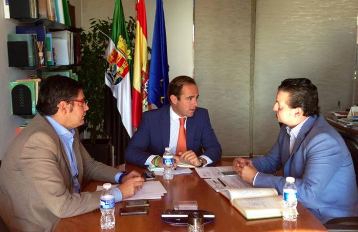 Pedro Caselles traslada al Gobierno de Extremadura la necesidad de mejorar las infraestructuras de Moraleja