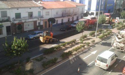 Fomento invierte 59.000 euros en el saneamiento del firme de la avenida Pureza Canelo de Moraleja