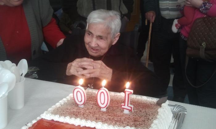 La residencia Virgen de la Vega de Moraleja celebra el cien cumpleaños de María Rodríguez Piris