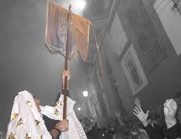 Miles de personas llenan las calles de Torrejoncillo para participar en la fiesta de «La Encamisá»
