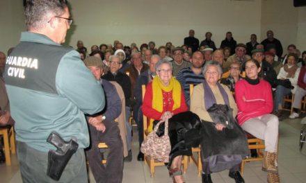 La Guardia Civil imparte charlas a mayores de Jaraíz de la Vera para prevenir timos y estafas