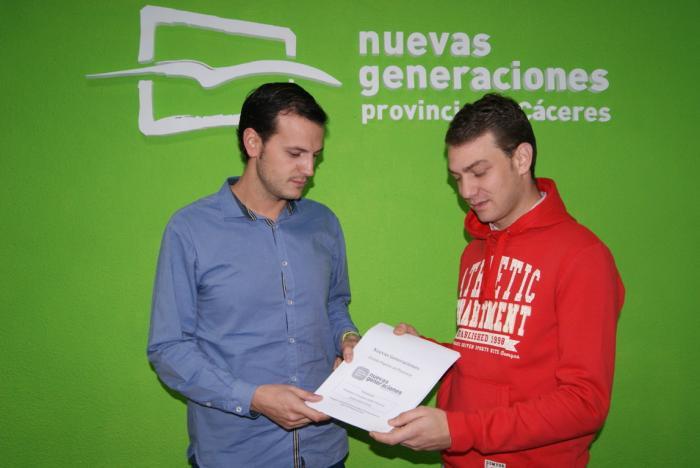Álvaro Astasio formaliza su candidatura para presidir NNGG de Plasencia con la entrega de 38 avales