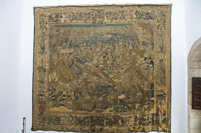 La Diputación de Cáceres inicia la restauración del tapiz del siglo XVI expuesto en el Palacio de Carvajal
