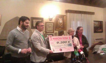 La asociación oncológica de Plasencia recibe los 9.200 euros recaudados en la I Marcha Rosa