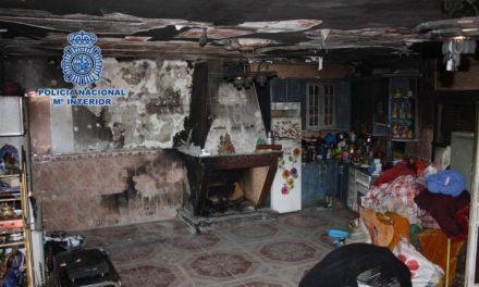 Dos agentes de la Policía Nacional rescatan a una anciana de su vivienda en llamas en Plasencia