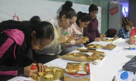 El espacio joven de Moraleja enseña a decorar galletas navideñas dentro del Plan Local de Juventud