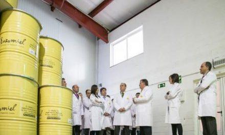 Apihurdes muestra al presidente regional el funcionamiento de la cooperativa apícola