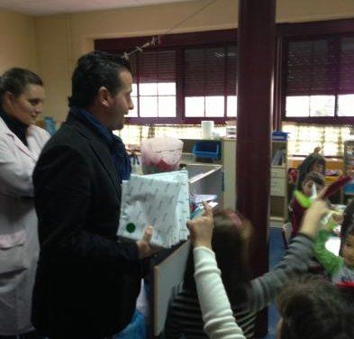 El alcalde de Moraleja y la jefa del Servicio de Aguas reparten 400 cuentos a estudiantes de la localidad