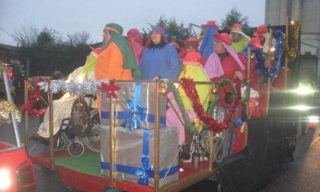 Sus Majestades de Oriente llenan de magia e ilusión las calles de Coria durante la tradicional cabalgata