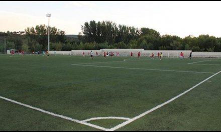 El Ayuntamiento de Plasencia y el club social La Vinosilla acuerdan el uso del campo de césped artificial