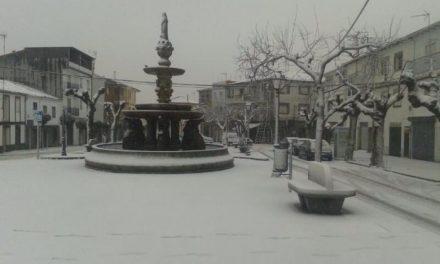 Las primeras nevadas del invierno hacen acto de presencia en la localidad cacereña de Piornal