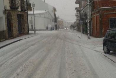 La nieve obliga a cerrar al tráfico el puerto de Honduras y la carretera entre Piornal y Garganta la Olla