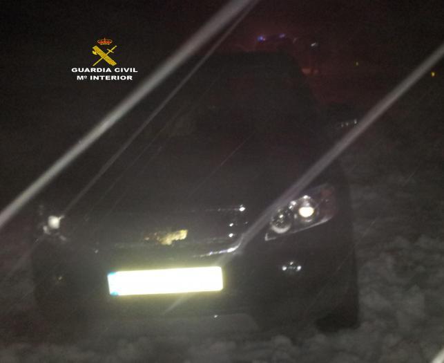 La Guardia Civil rescata a dos personas que se habían quedado atrapadas en su vehículo debido a la nieve