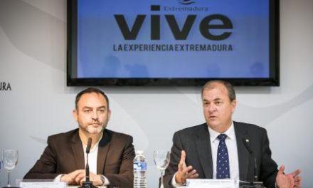 Monago presenta en FITUR el nuevo libro de Sánchez Adalid que se ha editado en español y en inglés
