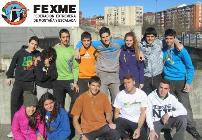 Jóvenes escaladores participan en una concentración para comenzar a preparar el circuito de 2014