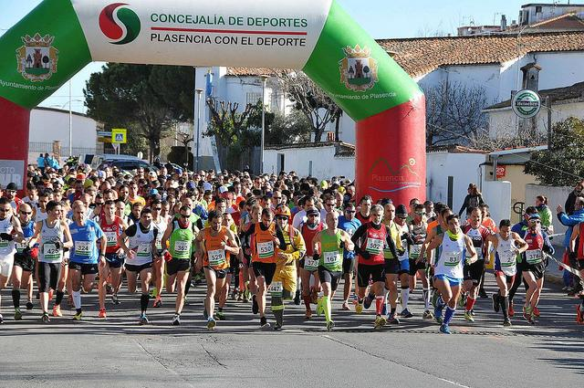 El atleta portugués Joao Serralheiro, del club Serragel Covilhá, gana la II Media Maratón de Plasencia