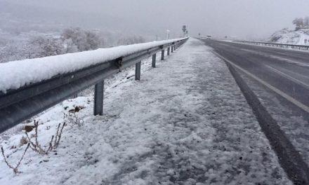Las nevadas de las últimas horas mantienen cortado al tráfico el Puerto de Honduras, en Hervás