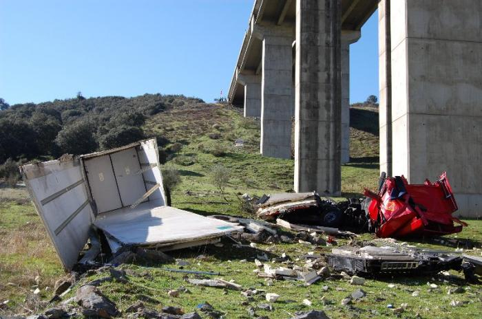 Un camionero de 46 años fallece al caer con su camión por el puente del río Almonte en la A-5, cerca de Jaraicejo