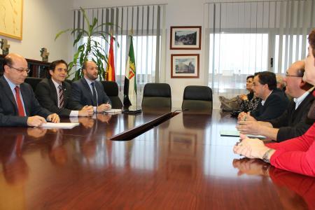 Salud asegura al alcalde de Aldeanueva del Camino que el centro de salud no se trasladará a otra población
