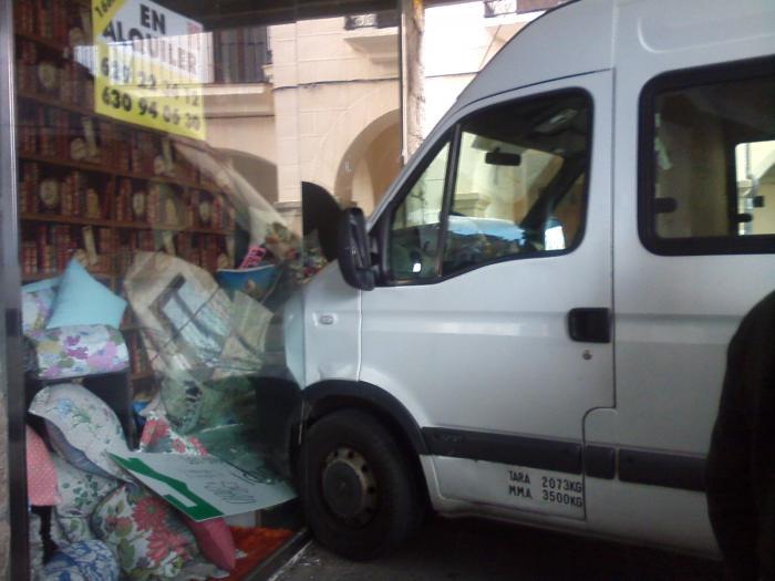 Una furgoneta se estampa contra el escaparate de una tienda en los soportales de la plaza Mayor de Plasencia