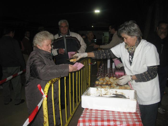 Moraleja sirve 70 kilos de sardinas asadas y 16 litros de vino blanco en la gran sardinada