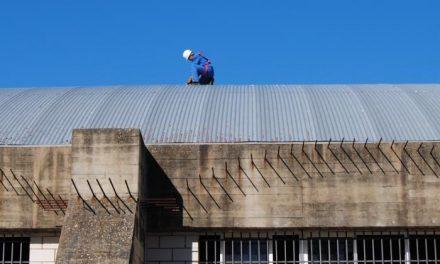 Valencia de Alcántara continúa con las obras de mejora de la cubierta del Pabellón Polideportivo