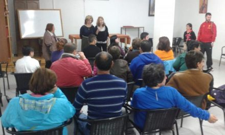El colectivo de discapacitados de Coria organiza talleres de artesanía para recaudar fondos