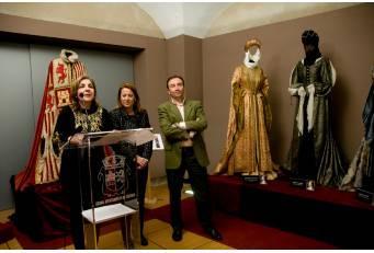 Una exposición de trajes, armas y objetos utilizados en la serie 'Isabel' traslada a Cáceres al siglo XV