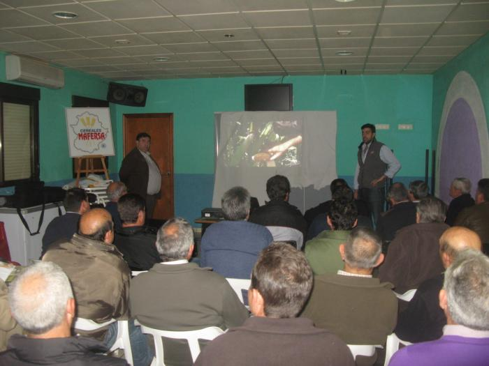 Alrededor de 30 agricultores asisten a una charla sobre las variedades del maíz en Vegaviana