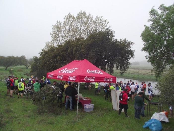 Cerca de un centenar de ciclistas recorre la comarca de Alburquerque en la Ruta del Jamón y el Queso