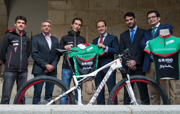 Parejo recibe en Presidencia al equipo ciclista GR 100 Extremadura MTB Team de Plasencia