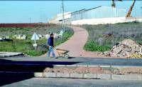 Los vecinos de la Avenida Miguel Hernández critican el difícil acceso al camino Husero en Almendralejo