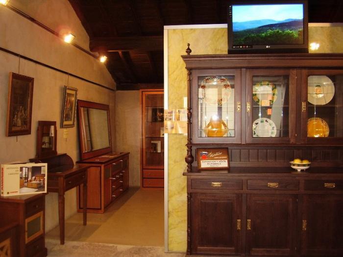Hervás promociona el sector de la madera con una exposición en la oficina de turismo municipal