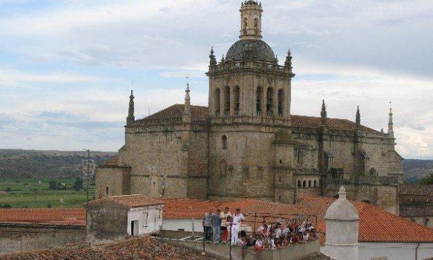 Operarios de Emdecoria y del programa Aprendizext sustituyen el alumbrado del casco histórico de Coria