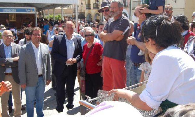 Decenas de visitantes aprenden cómo elaborar queso en un taller de quesería en Trujillo