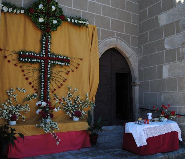 """Valencia de Alcántara contó con más de 20 """"cruces"""" de flores para celebrar la festividad de la Cruz de Mayo"""