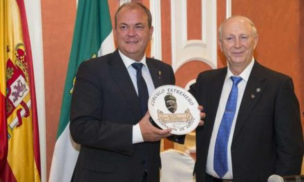 El presidente Monago recibe la Bellota de Oro concedida por el Círculo Extremeño de Torrejón de Ardoz